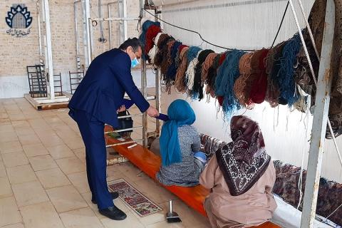 کوروش ذاکری در کارگاه قالیبافی شعبه یزد